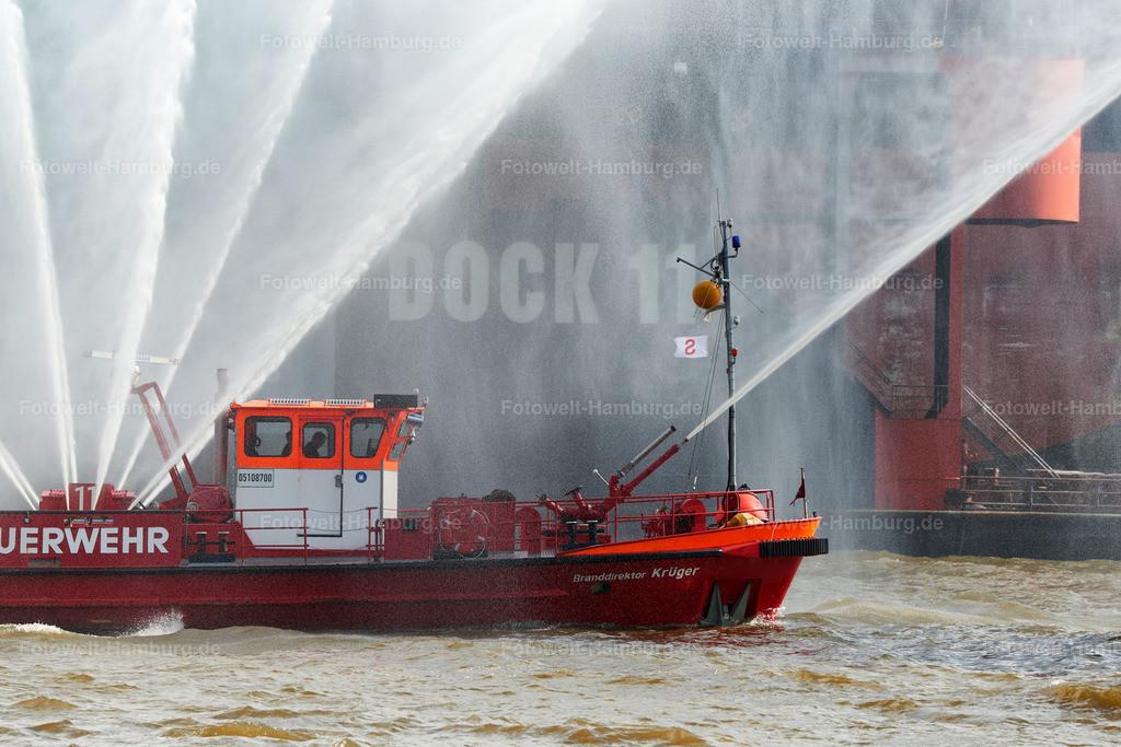 10190510 - Feuerwehrboot  | Ein Feuerwehrboot bei der Auslaufparade zum Hafengeburtstag.