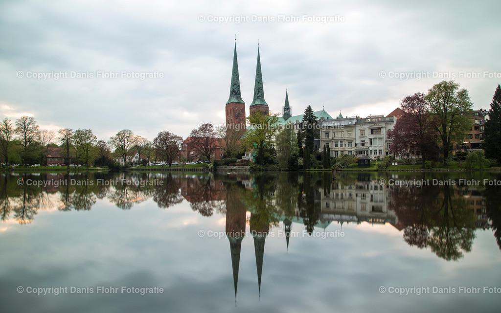Lübecker Dom mit Spiegelung | Der Lübecker Dom spiegelt sich im Mühlenteich.