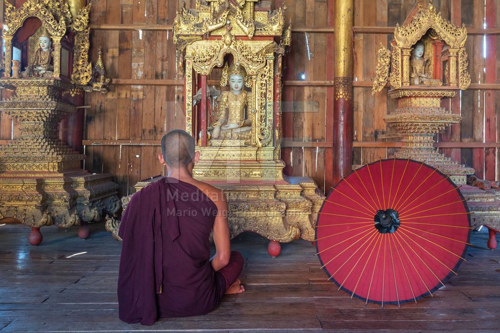 MW0119-6781 | Fotoserie DER ROTE SCHIRM | Meditierender Mönch in Pindaya