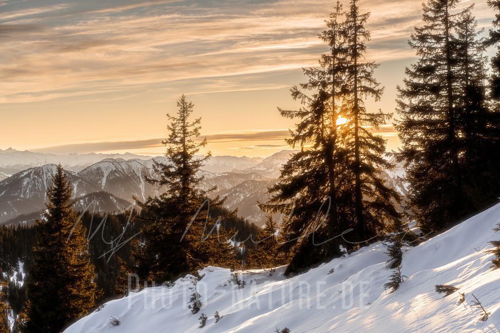 Die Sonne wandert langsam Richtung Horizont   Eine traumhafte Szene in den Chiemgauer Alpen