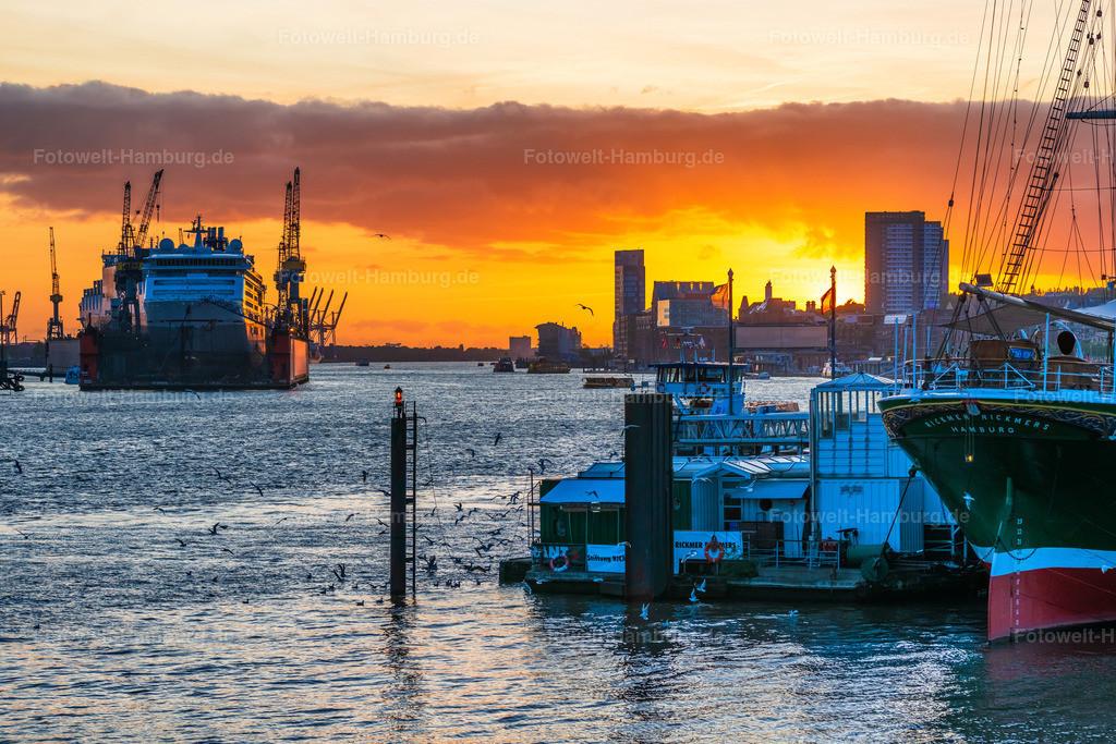 10201111 - Sonnenuntergang am Hafen | Blick entlang der Elbe auf einen wunderschönen Sonnenuntergang im Hamburger Hafen. Auf diesem Bild gut zu erkennen ist auch die MS Europa 2 im Dock 10.