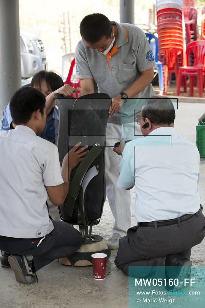 MW05160-FF   Thailand   Lampang   Reportage: Krankenhaus für Elefanten   Herr Boonyou Tipaya (rechts), Direktor von Prostheses Foundation, und seine Mitarbeiter modifizieren die neue Beinprothese für die Elefantenkuh Motala.     ** Feindaten bitte anfragen bei Mario Weigt Photography, info@asia-stories.com **