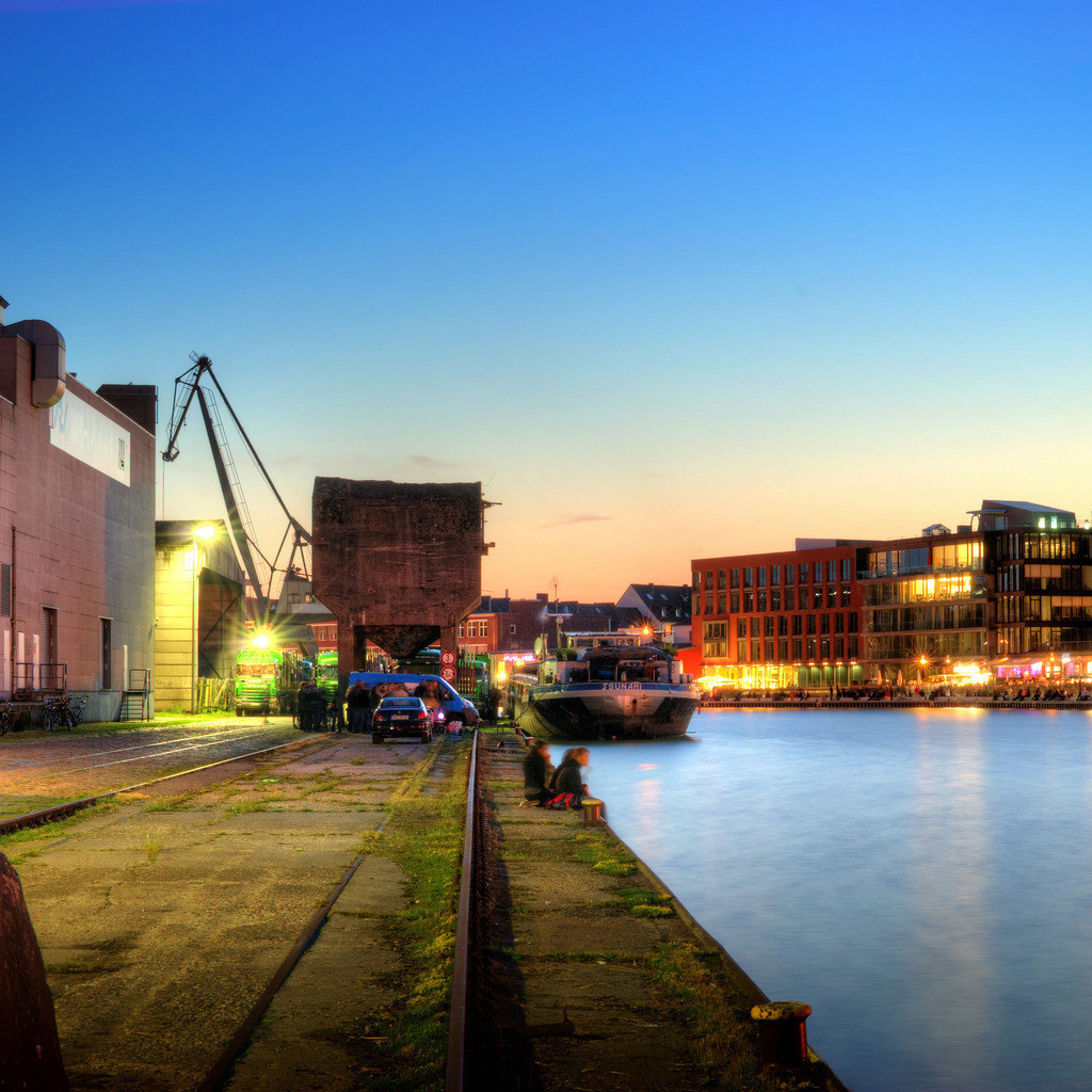 Münster alter Hafen mit Ladekran während des Hafenfests im Sommer   Dämmerungsfoto in der blauen Stunde vom alten Hafen in Münster mit Ladekran und Hafenfest auf dem Kreativkai - Münster Panorama im Quadrat 2x1 Teil 1v2