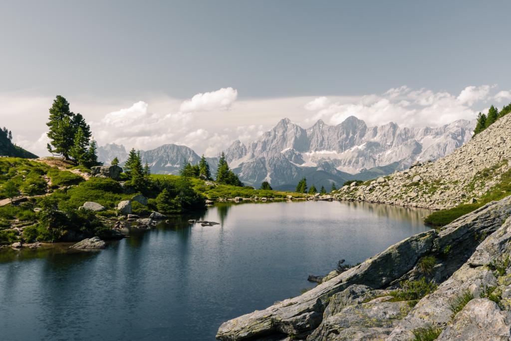 Spiegel des Dachsteins | An windstillen Tagen gleicht der mittlere Gasselsee einem Spiegel der, die umliegende Landschaft und die Spitzen des Dachsteins reflektiert. Durch dieses Phänomen erhielt der See seinen inoffiziellen Namen