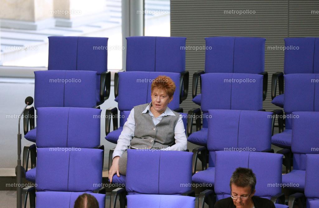 Petra Pau einsam im Bundestag (2)